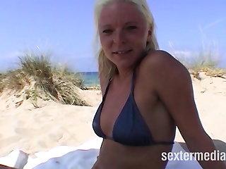 Striptease Rasierte Fotze am Strand geleckt