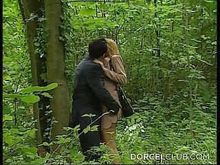 Dogging Levrette imprevue dans les bois pour notre jolie bourgeoise