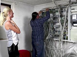 all Der Elektriker darf Dirty Tina einen Anal Creampie verpassen
